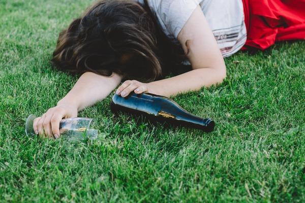 Mladosť pochabosť? Odborníci varujú, že alkohol u tínedžerov môže vážne poškodiť ich mozog