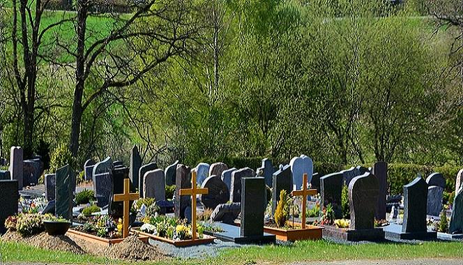 Dušičky sa blížia a na hroboch sa začínajú objavovať sviečky. Na humenskom cintoríne sa však stretnete aj s raritou