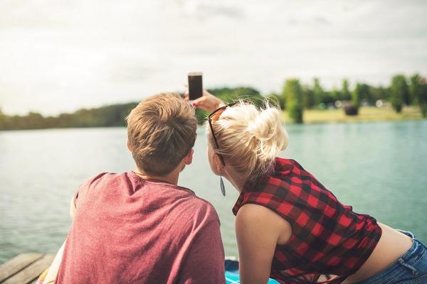 Sú podľa vás šťastnejšie tie páry, ktoré o svojom vzťahu píšu na sociálne siete alebo tie, ktoré nie? Psychológovia v tom majú jasno!