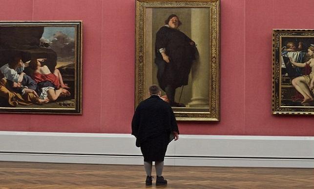 Fotograf čaká v múzeu na ľudí, ktorí budú ladiť s obrazmi. Pozrite sa na jeho zábavnú a krásnu tvorbu
