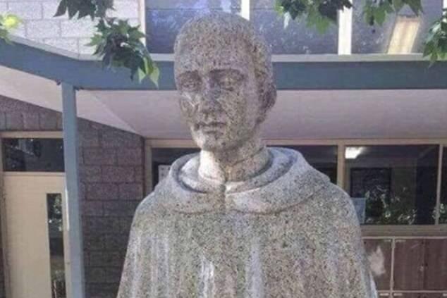 Nevinná socha svätca sa stala terčom útoku. Neuveríte, čo dvojzmyselné vám bude pripomínať
