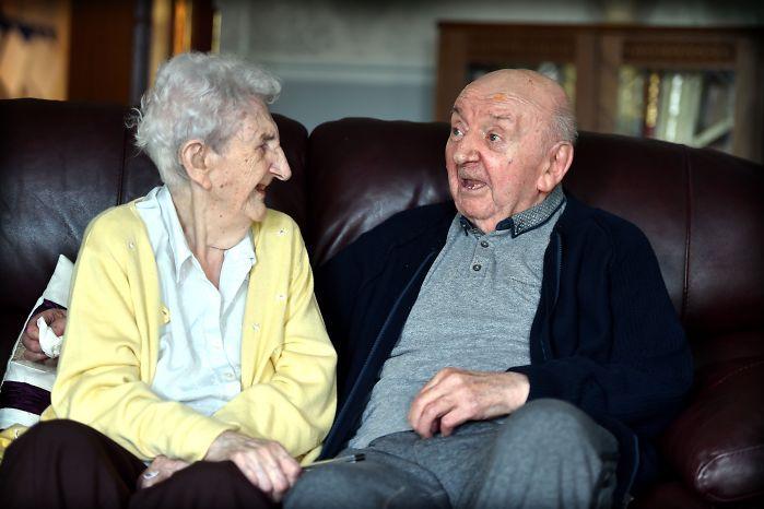 Táto stará žena plní svoje povolanie BYŤ MATKOU aj vo veku 96 rokov. Neuveríte, čo urobila pre svojho 80-ročného syna