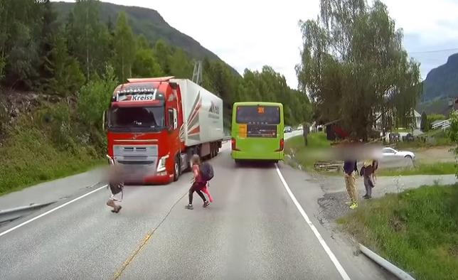 Video, pri ktorom tuhne krv v žilách! Pozrite sa, čo stvárali deti na ceste