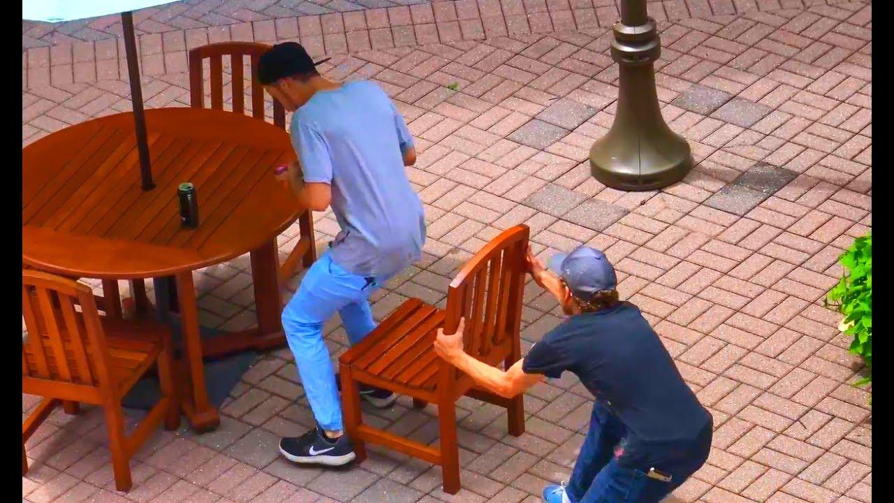 Ten moment, keď si ideš sadnúť a niekto ti vezme stoličku spod zadku. Prank zameraný práve na toto, vás pobaví