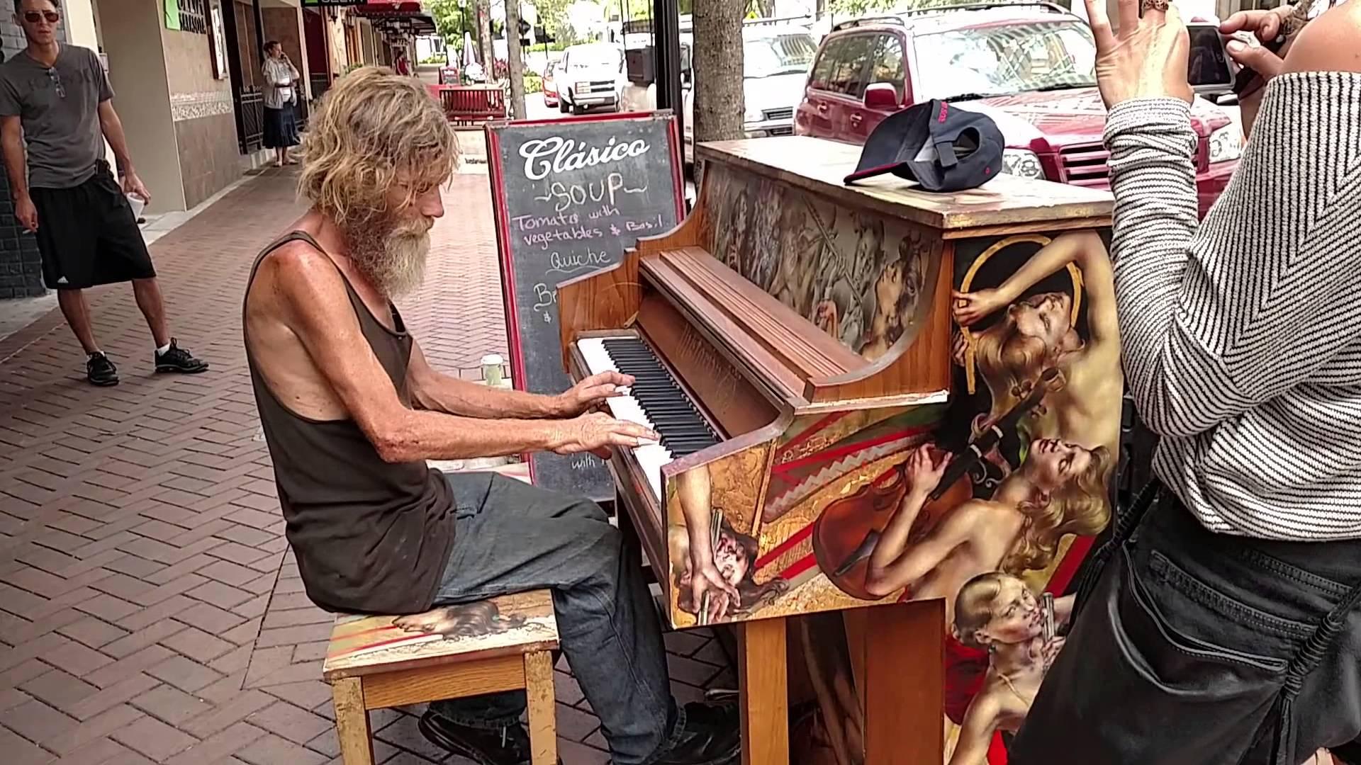 Ku klavíru na ulici si sadol bezdomovec. Keď začal hrať, ľuďom navôkol spadla sánka