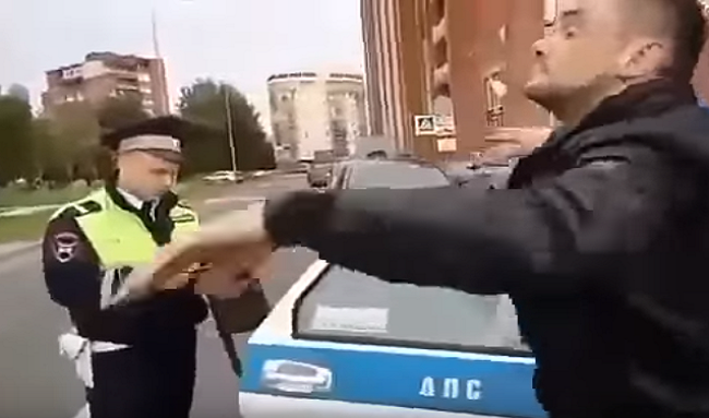 Takéto šialenstvo sa len tak nevidí! Polícia zastavila vodiča, ktorý bol pod vplyvom drog. Pozri, ako vyvádzal