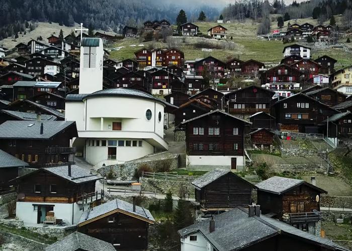 Ak sa nasťahujete do tejto krásnej švajčiarskej dedinky, štát vám dá 70 000 dolárov. Ako to tam vyzerá a prečo za to platia?