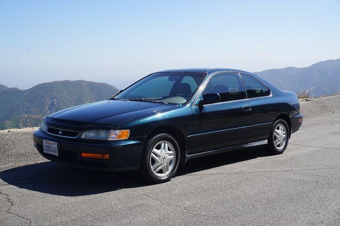 Muž sa rozhodol, že geniálnym spôsobom pomôže priateľke predať 21-ročné auto. Teraz ho chcú desiatky ľudí kúpiť za viac, ako si vieš prestaviť!