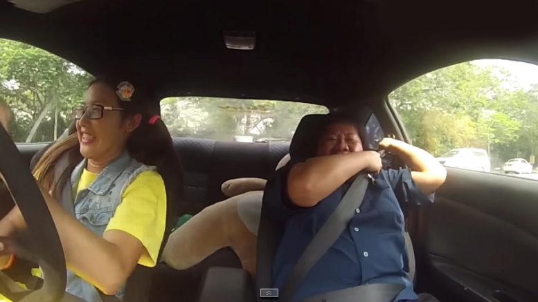 Profesionálna pretekárka predstiera v autoškole, že nevie jazdiť. Inštruktori z nej takmer skolabujú