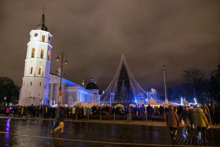 V Litve môžete nájsť veľkolepý vianočný stromček s viac ako 70 000 svetielkami a 2 700 hračkami
