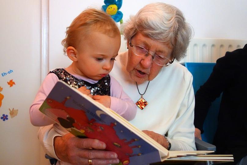 Odborníci tvrdia, že babička zo strany matky je najdôležitejšou osobou v živote dieťaťa. Zistite, prečo je to tak