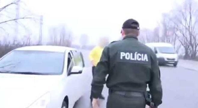Slovenskí policajti sa skutočne predviedli! Vodičovi dali najprv fúkať a keď zbadali výsledok, spravili niečo, na čo nezabudne ani šofér, ani jeho malý syn