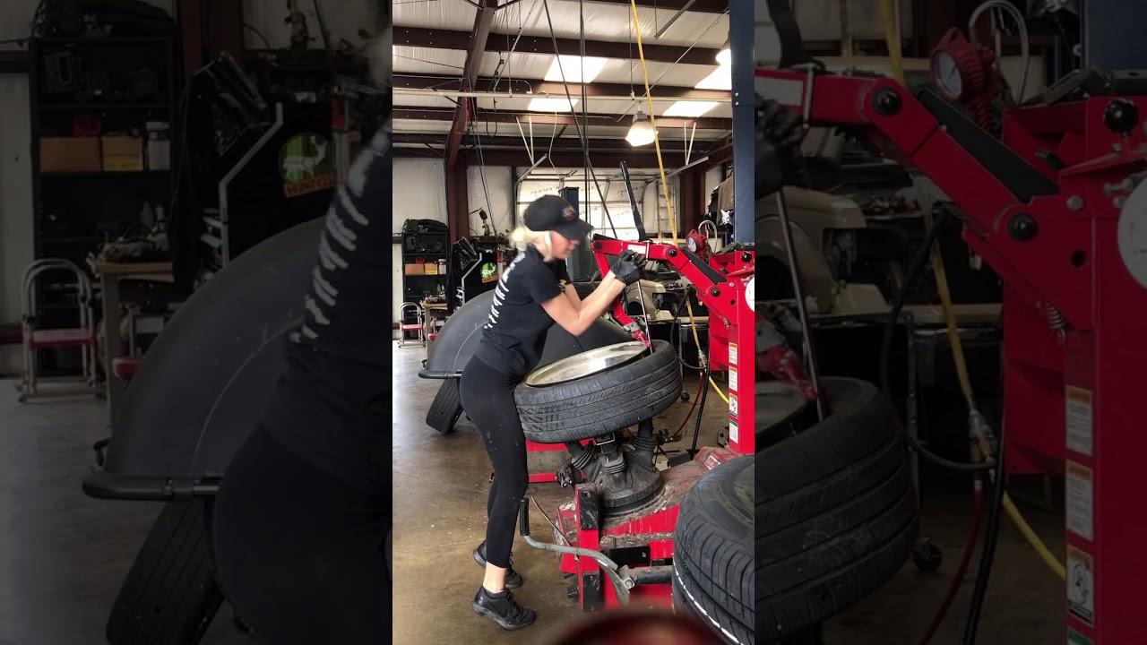 Muži potrebujete prezuť pneumatiky? U takejto blondínky by ste sa nechali prezúvať každý deň