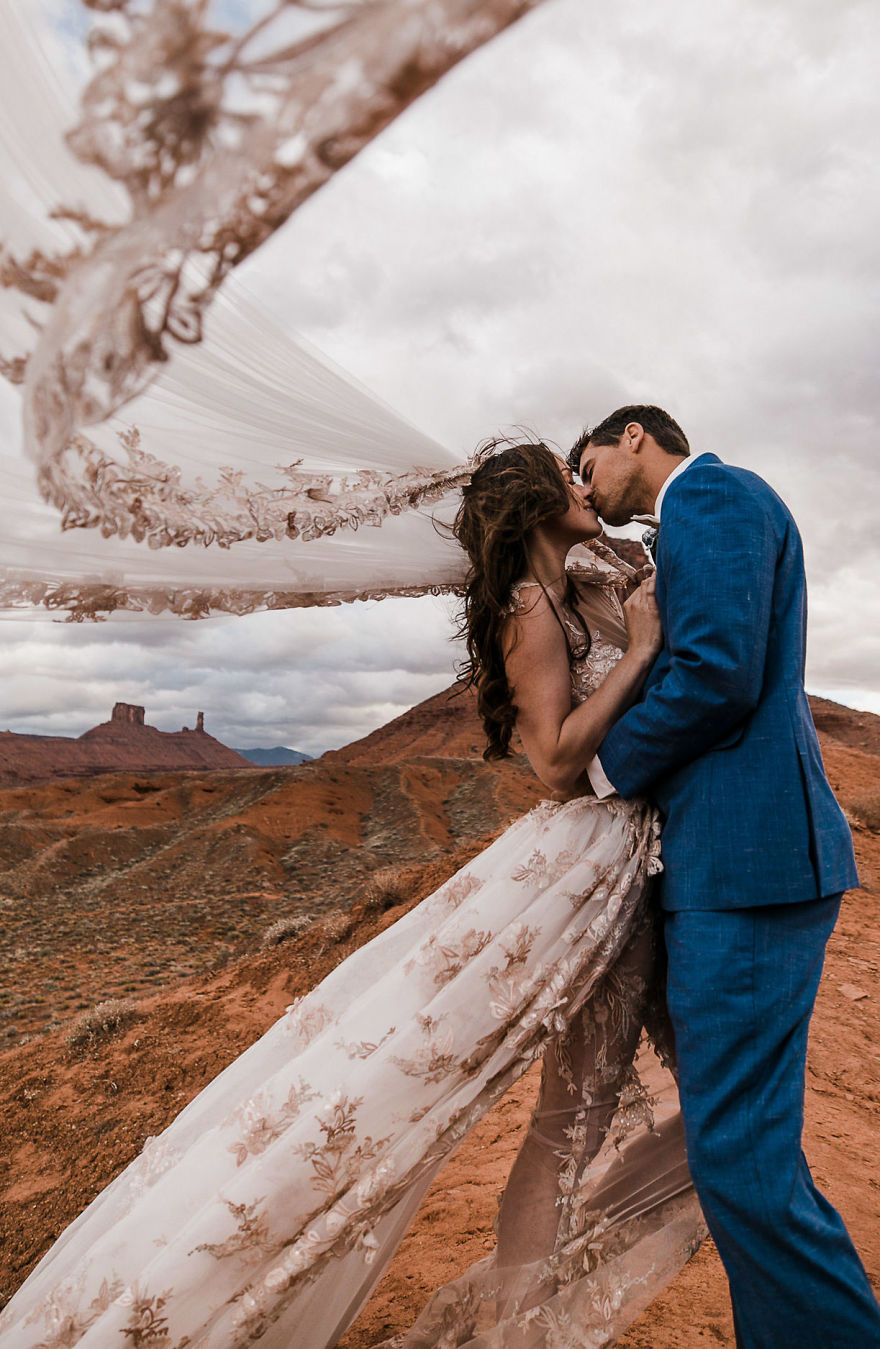 marriage-done-at-120-meters-high-will-take-your-breath-away-5a65b4e90dcc2__880