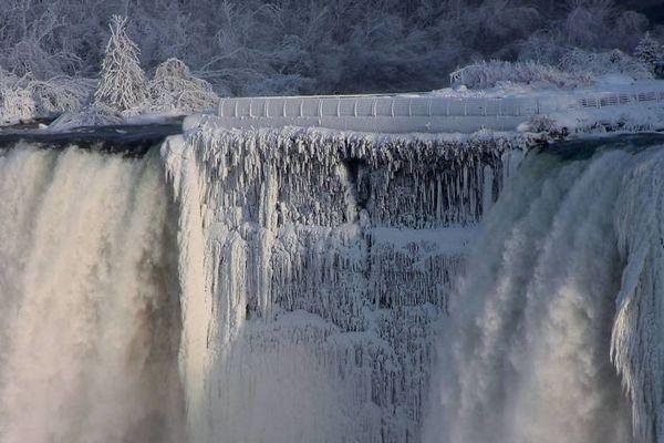 Silné mrazy premenili Niagarské vodopády na okúzľujúci prírodný úkaz. Z týchto záberov budete ohromení!