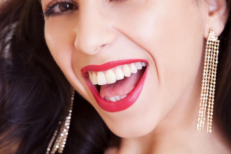 Skoncujte so zubným povlakom a tešte sa zo svojho úsmevu. Pomôže vám týchto 6 prírodných zázrakov