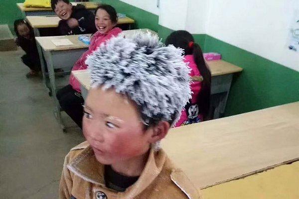 Fotka tohto chlapca sa stala okamžite virálnou. Do školy totiž musí kráčať 5 km a to za každého počasia!