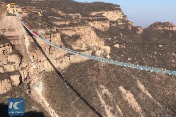 Takto vyzerá najdlhší sklenený most na svete. Odvahu prejsť po ňom však nájdu len tí najväčší odvážlivci!