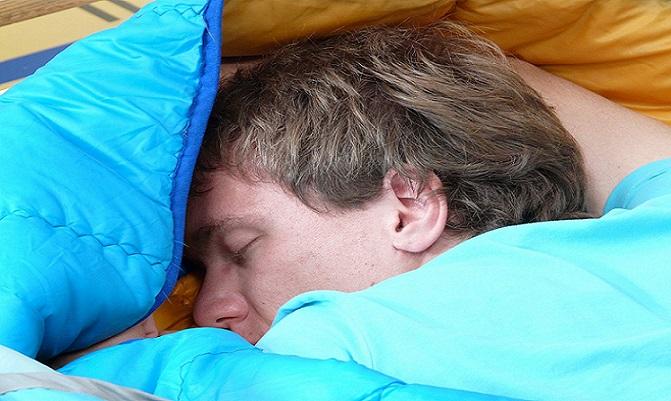 Opitý mladík z Bratislavy vliezol do postele cudzej babičky. Zasahovať museli policajti