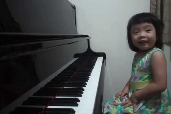 Video: Fantastická hra 3-ročného dievčatka sa stala hitom na internete. Z jej talentu vám padne sánka dole