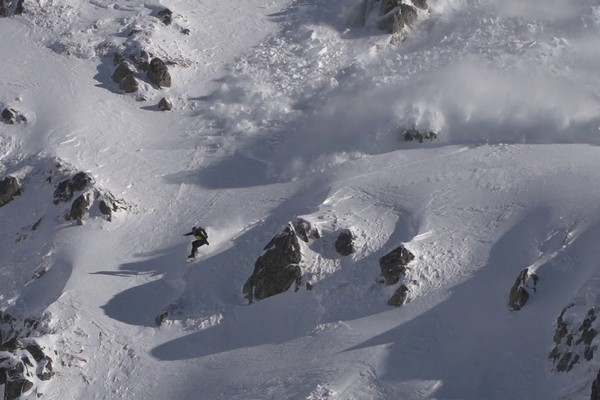 28-ročný snowboardista strhol pri skoku zo skaly lavínu. Jeho nebezpečná scéna naháňa strach už len pri pozretí