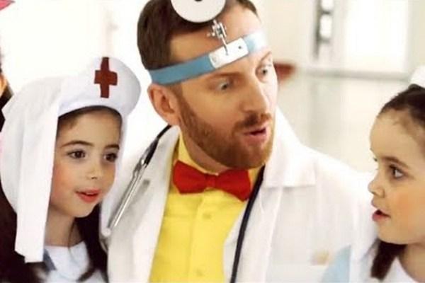 Zbavte deti strachu z doktorov rýchlo a bezbolestne. Návod, ako na to, vám dá Miro Jaroš v novej piesni