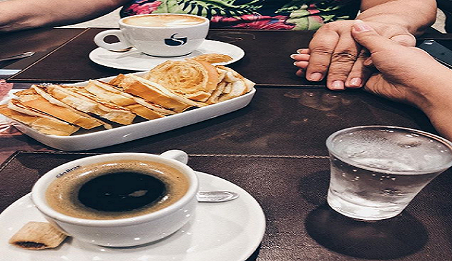 Kaviareň v Bratislave zakázala zákazníčkam bozk na líce. Správanie podniku vyvolalo negatívne reakcie a chystá sa i zaujímavá udalosť