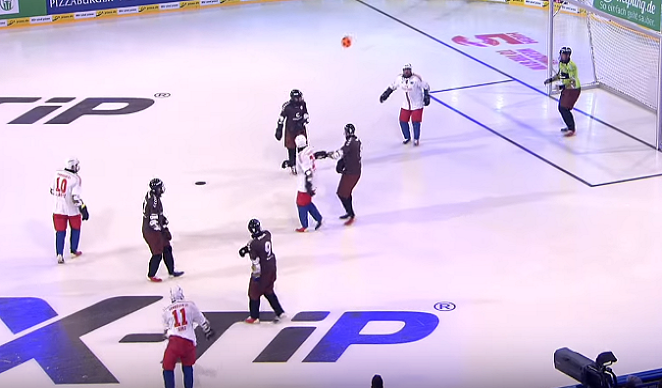V Nemecku spojili futbal a hokej do jednej hry. Pozri sa, ako to vyzerá
