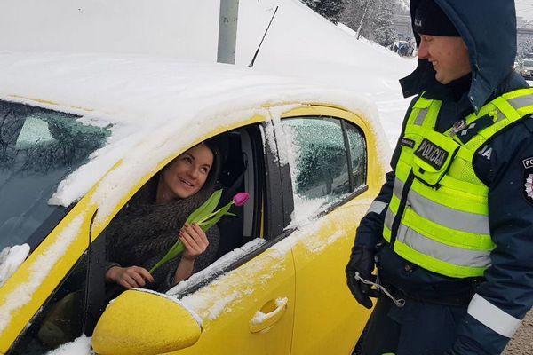 Litovskí policajti sa počas MDŽ poriadne pochlapili. Zastavovali ženy, aby ich obdarovali kvetmi