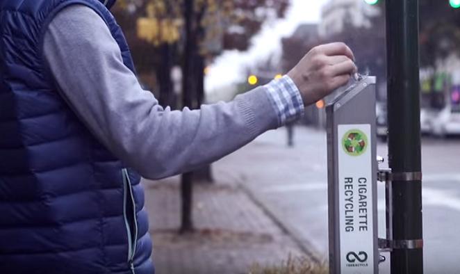 """Firma sa rozhodla recyklovať cigaretové ohorky a iné """"nerecyklovateľné"""" predmety. Tie následne pretvára na nové, užitočné veci"""