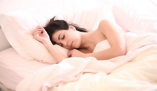 8-hodinový spánok nie je pre ľudí prirodzený. Vedci tvrdia, že by sme mali spať na dve etapy