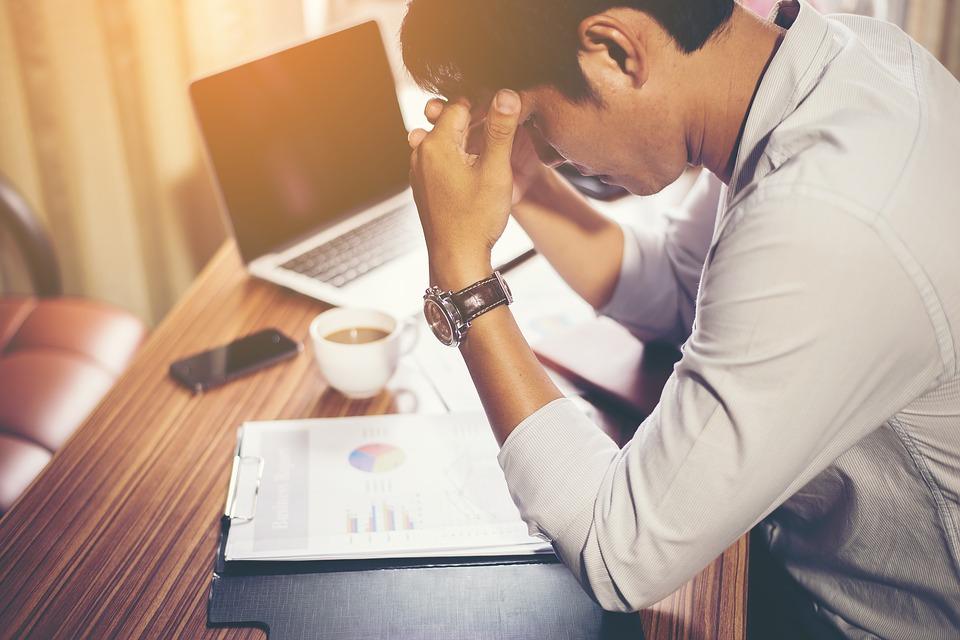 Chcete pôsobiť v práci seriózne a profesionálne? Potom by ste sa mali vyvarovať týmto veciam