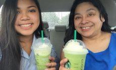 Dievča sa so svojou maminou fotilo pravidelne na začiatku a konci školského roka. Posledná fotografia však chytá za srdce