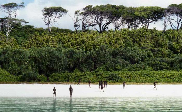 V Indickom oceáne sa nachádza ostrov, na ktorý nesmie nik vstúpiť. Žijú na ňom nepriateľskí domorodci