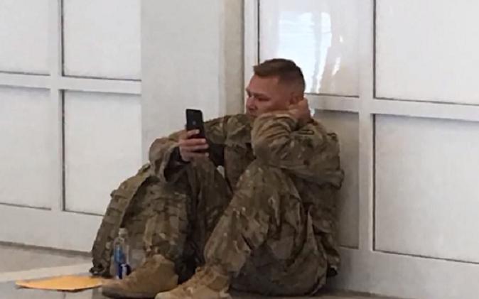 Vojakovi meškalo let a nestihol tak byť na pôrodnej sále pri svojej žene. Narodenie dcérky sledoval prostredníctvom videohovoru