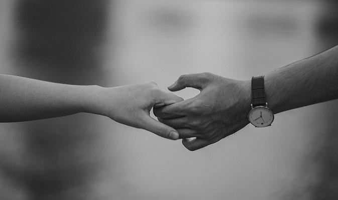 Ako zistiť, či s vami niekto flirtuje? Prezradila to expertka na reč tela
