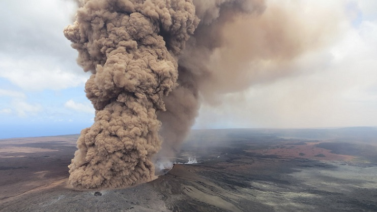 Havajom otriasa dlhotrvajúca sopečná erupcia. Ľudí už evakuovali, láva zničila niekoľko domov
