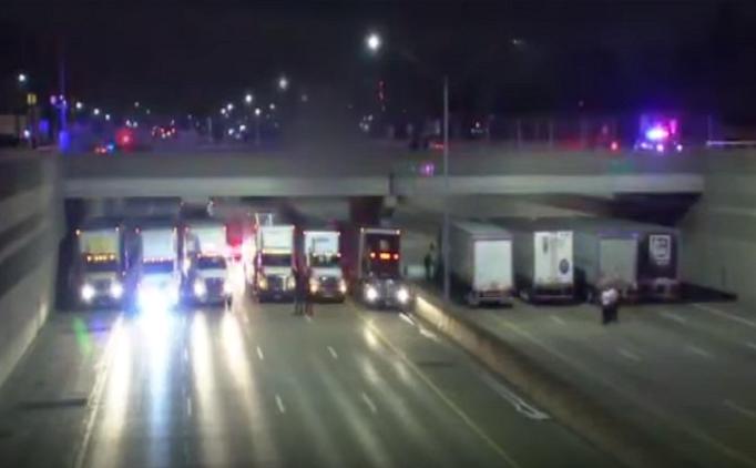 Kamionisti zablokovali diaľnicu, aby zabránili samovrahovi skočiť z mosta