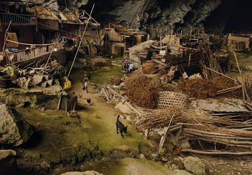 Viete si predstaviť bývanie v jaskyni? V Číne je jedna obrovská, ktorú obýva sto ľudí. Tí tam majú basketbalové ihrisko a kedysi tam bola i škola