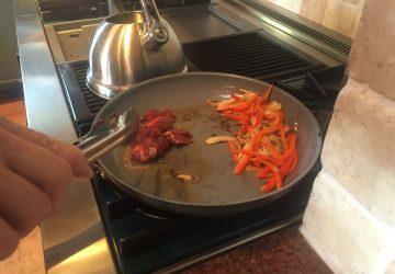 Nechutné! Muž uvaril priateľom večeru z mäsa zo svojej vlastnej amputovanej nohy!