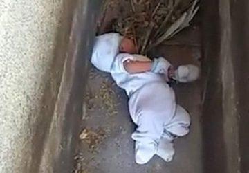VIDEO: Bezcitná matka nechala iba 2-mesačné bezbranné bábätko odhodené na cintoríne