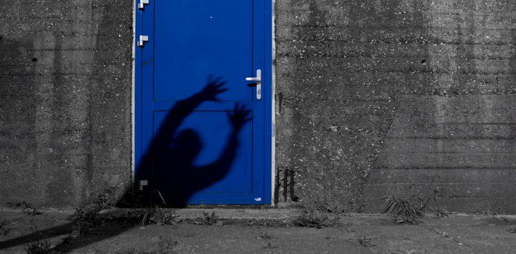 Trúchliacej vdove rok po pohrebe zaklopal nebohý manžel na dvere! Zázrak?
