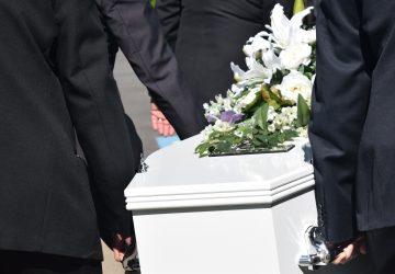 VIDEO: Truhla s mŕtvou matkou spadla na syna, ktorý ju niesol. Bol na mieste mŕtvy