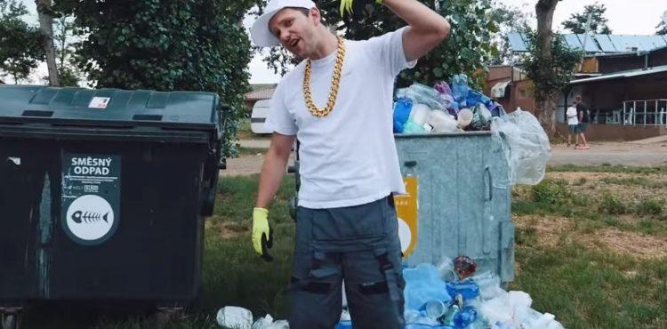 Léto bez plastů: Česi bojujú proti PET fľašiam Despacito coverom