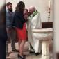 ŠOKUJÚCE VIDEO: Kňaz počas krstu fackoval malého chlapčeka, pretože plakal