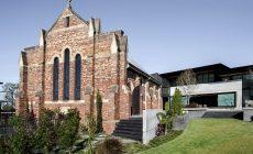 Nádhera! Párik prerobil kostol na rodinný dom s kanceláriou, tenisovým kurtom a bazénom, poskytujúcim výhľad na celé mesto