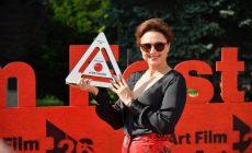 Manipulatívna Učiteľka alebo Tamara, riaditeľka škôlky z Oteckov: Na ART FILM FEST-e si prevzala cenu Zuzana Mauréry