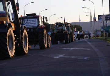 FOTO: Protestujúci farmári mali stroje polepené drsnými odkazmi! Povedali to narovinu a nedávali si servítku pred ústa