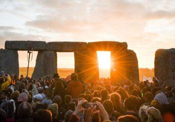 Tisícky ľudí sa zhromaždili pri monumente Stonehenge, aby oslávili letný slnovrat