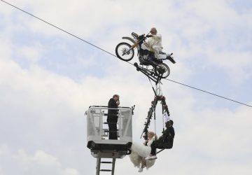 Adrenalínová svadba! Nemecký pár sa zosobášil na hojdačke visiacej z motocykla